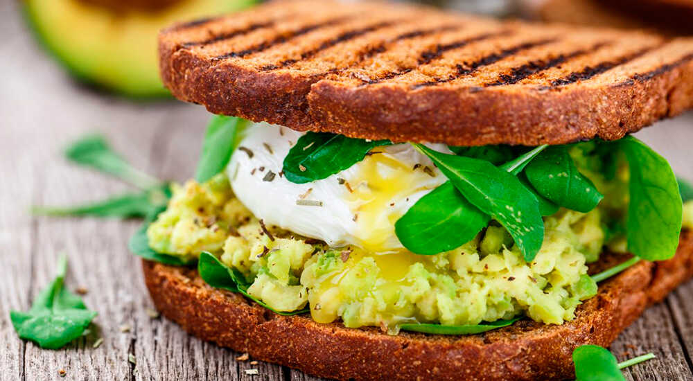 Бутерброды с авокадо и омлетом