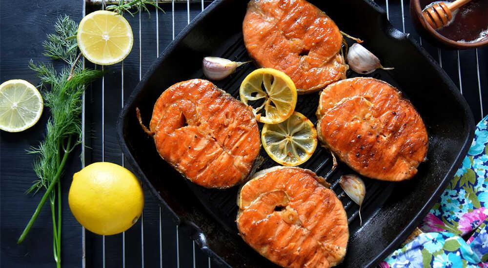 Красная рыбы на сковороде-гриль