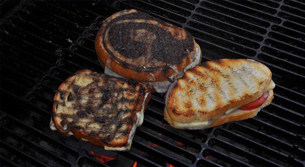 Приготовление бутербродов на угольном гриле