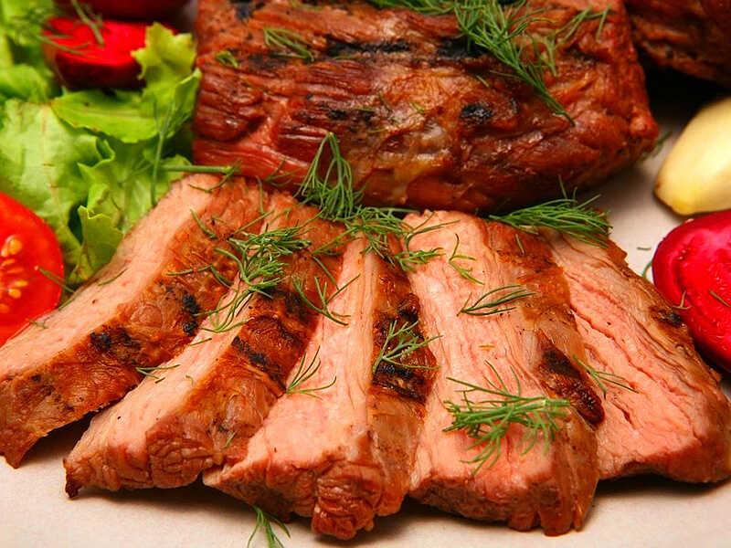 Вариант подачи копченой говядины
