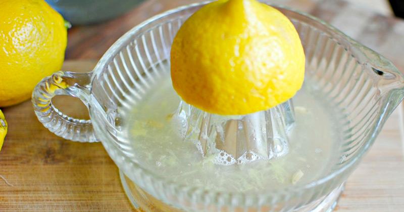 выжмите весь лимонный сок