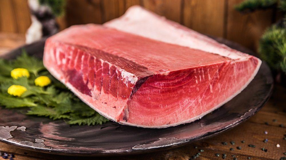 Брюшко тунца на столе