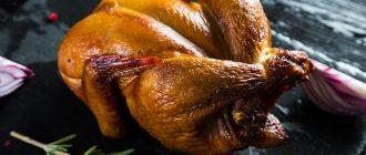 Копчёная курица на столе