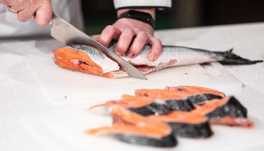 Нарезание стейков сёмги