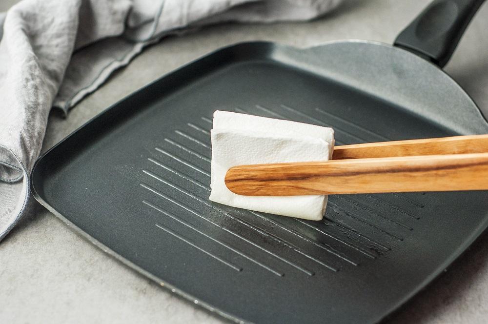 Протирание сковороды-гриль