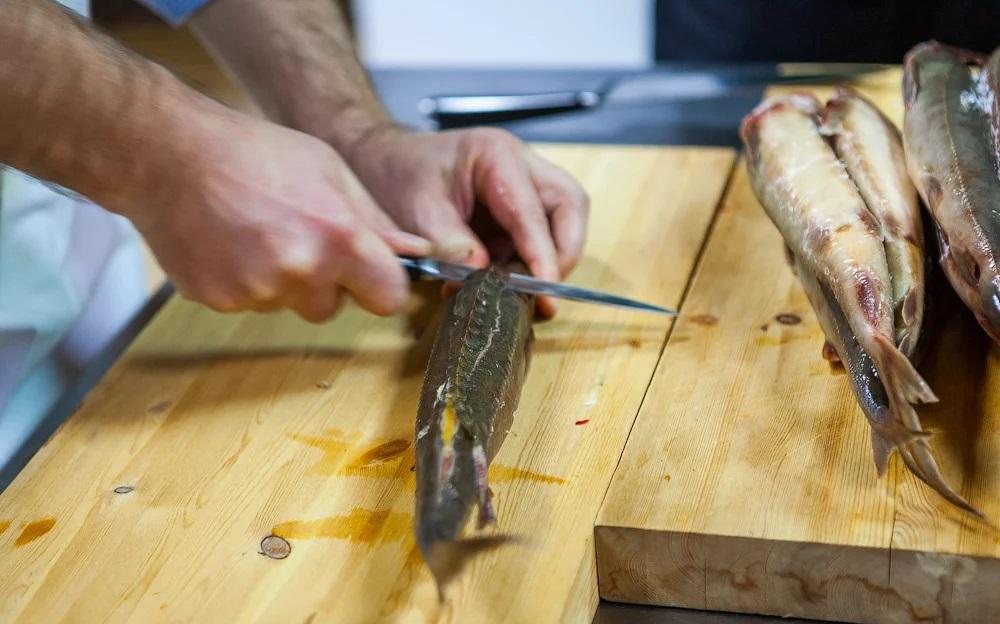 Разделка стерляди ножом
