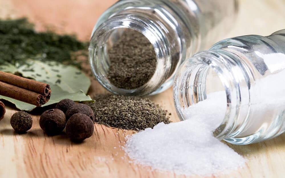 Соль и молотый перец