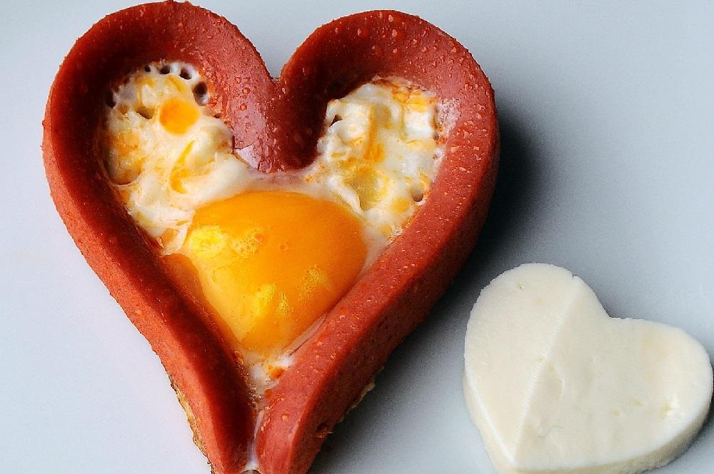 Яйцо в сосиске