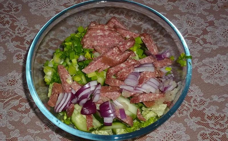 Ингредиенты салата с пекинской капустой и колбасой