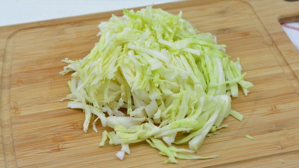 Капуста для салата с колбасой и перцем