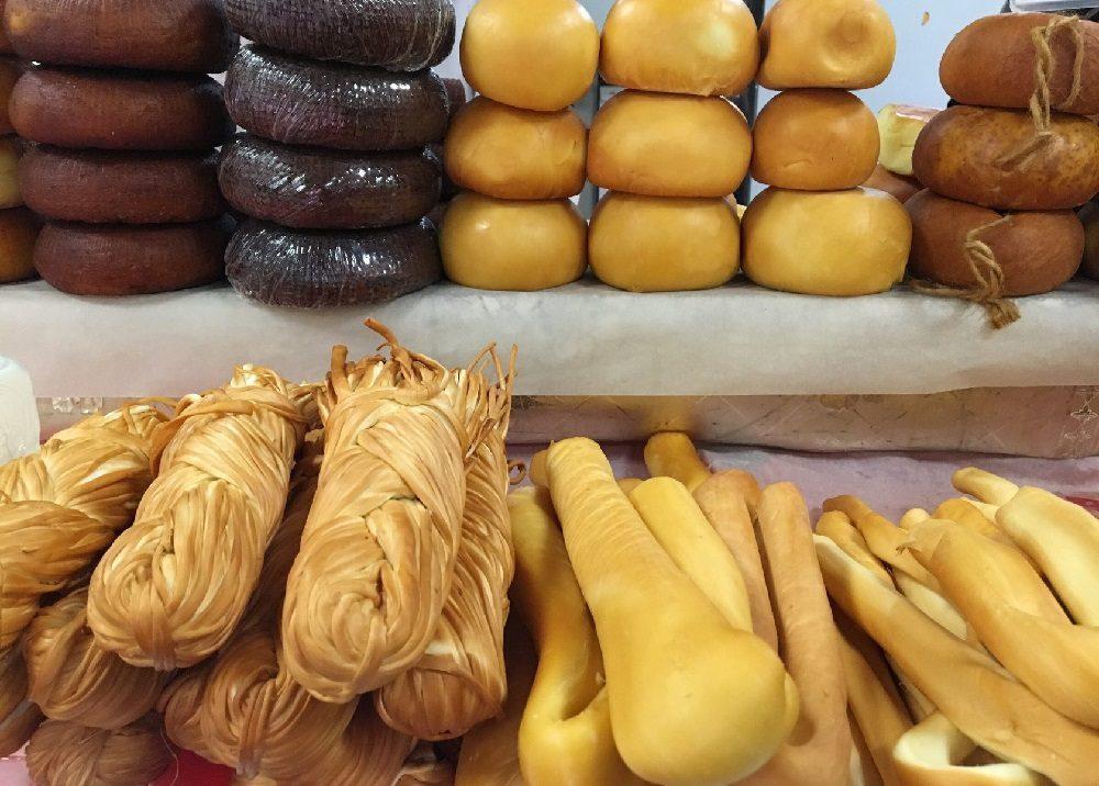 Копчёный сыр в магазине