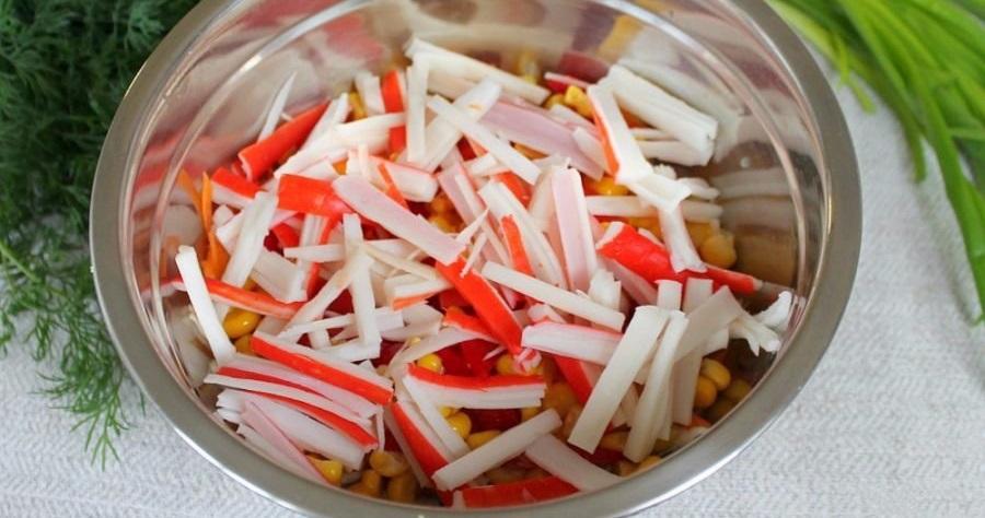 Кукуруза и крабовые палочки