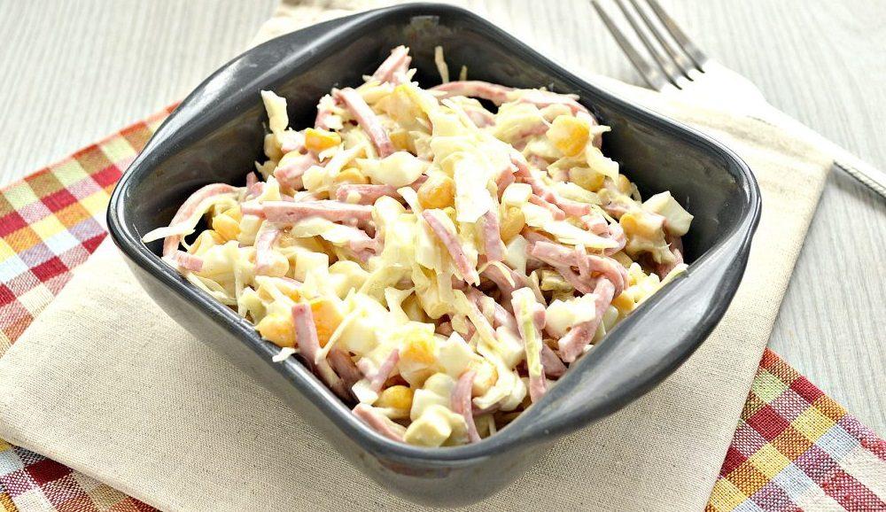 Кукурузный салат с копчёной колбасой и капустой