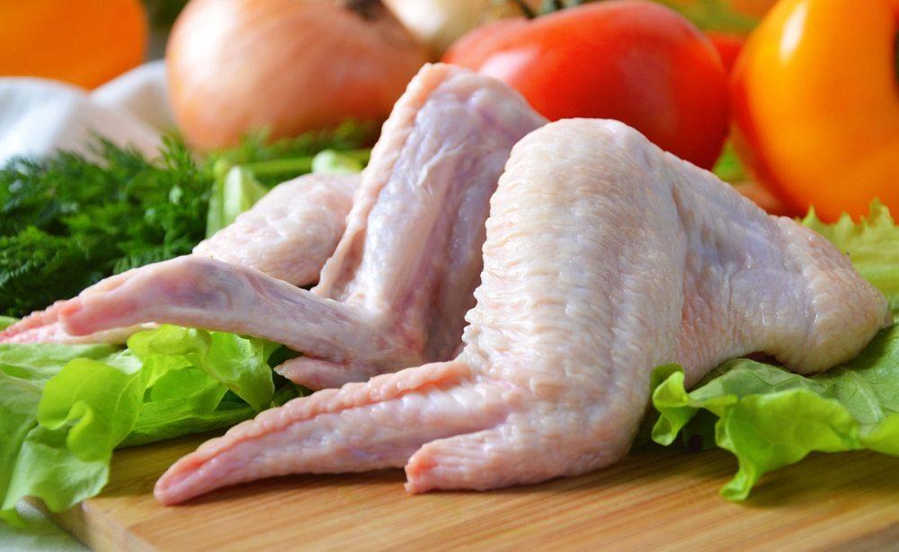 Куриные крылья на доске