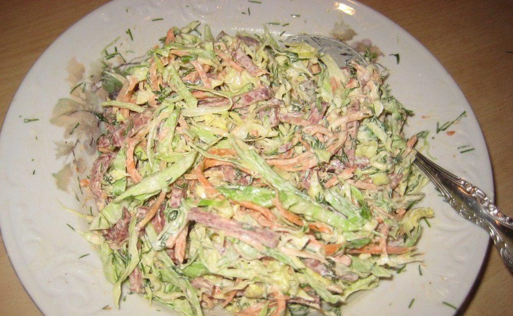Салат из капусты, колбасы и морковки