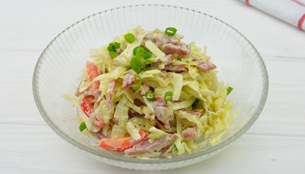 Салат из капусты, перца и колбасы