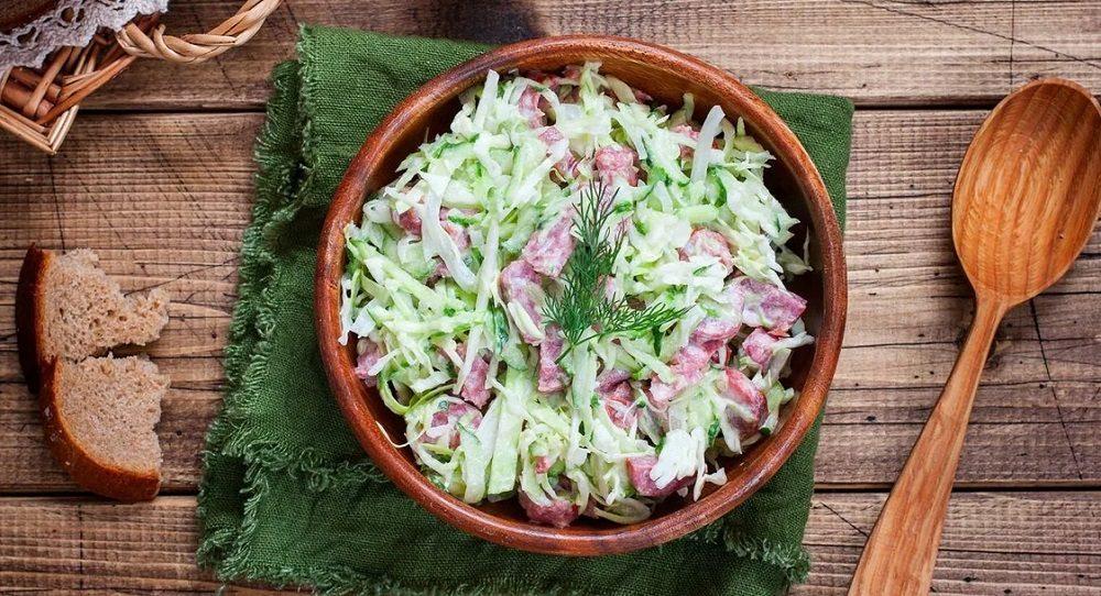 Салат из капусты с копчёной колбасой