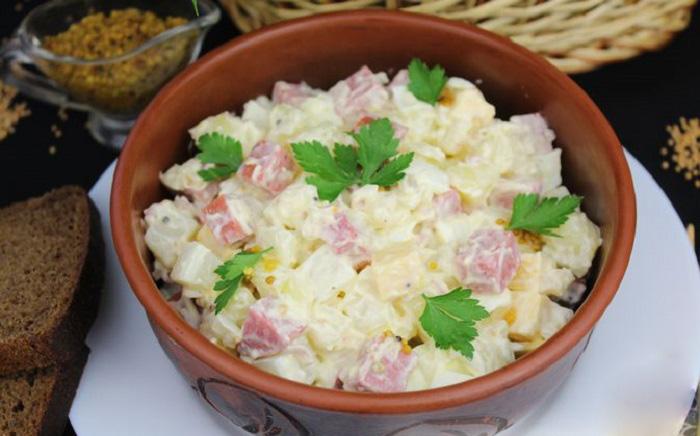 Салат с копчёной колбасой, перцем, сыром и картофелем
