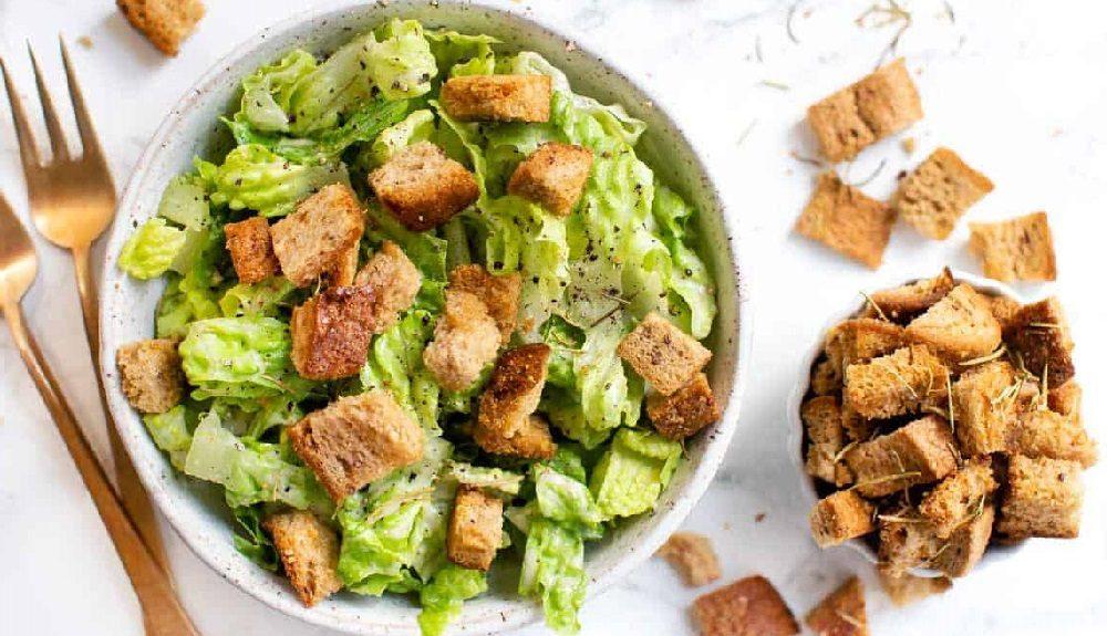 Салат с копчёной курицей и сухариками