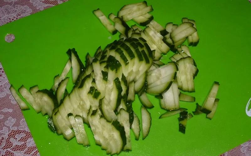 Свежий огурец для салата с капустой и колбасой