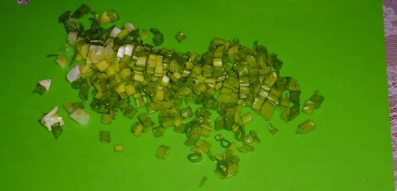Зелёный лук для салата с колбасой и капустой