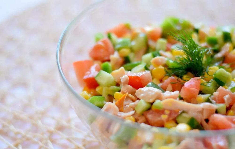 Диетический салат из копчёной курицы и сухариков