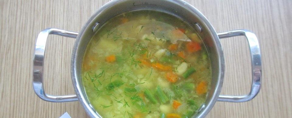 Добавление овощей в суп с крылышками
