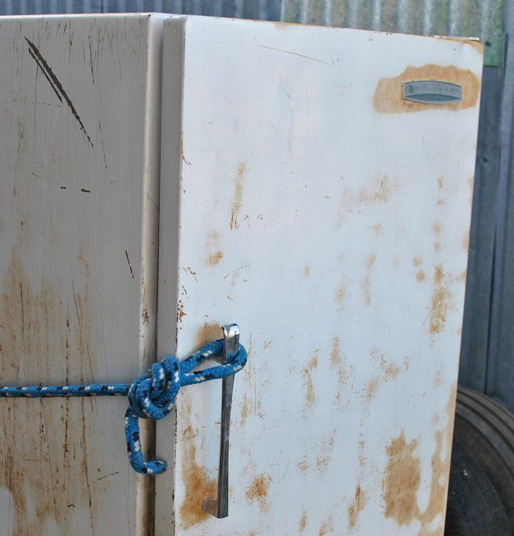 Дверца старого холодильника