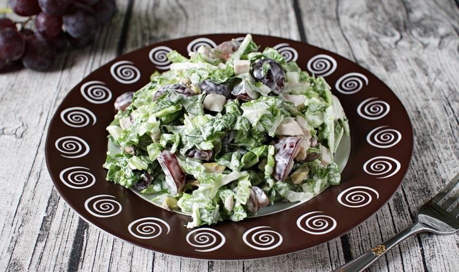 Фисташковый салат с копчёной курицей и виноградом