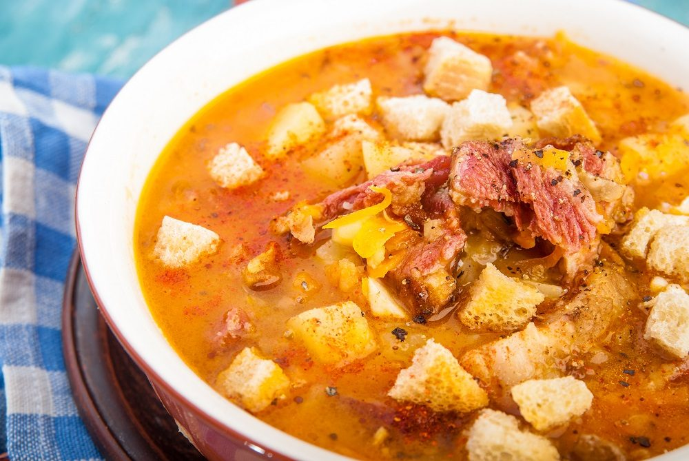 Гороховый суп с копчёной курицей, сухариками