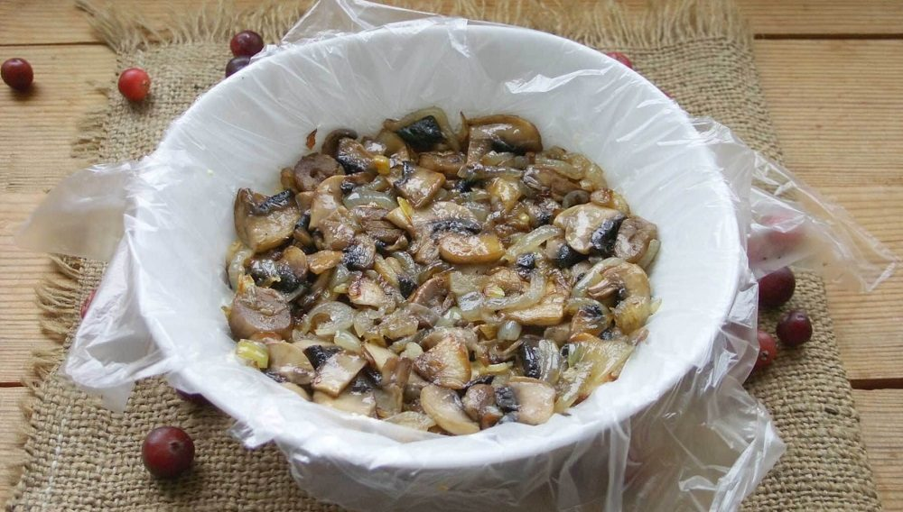 Грибной слой салата с курицей и яйцом