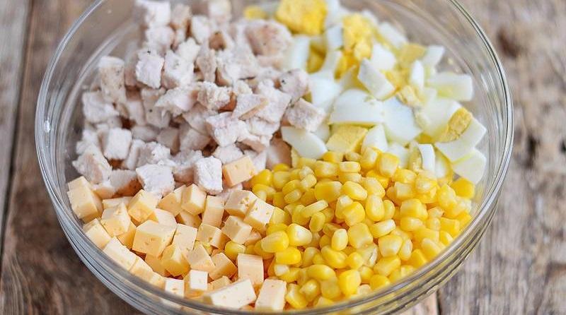 Ингредиенты салата с курицей, яйцом и кукурузой