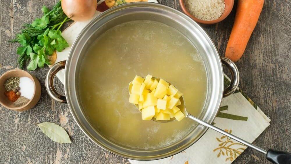 Картофель и бульон для солянки с рисом