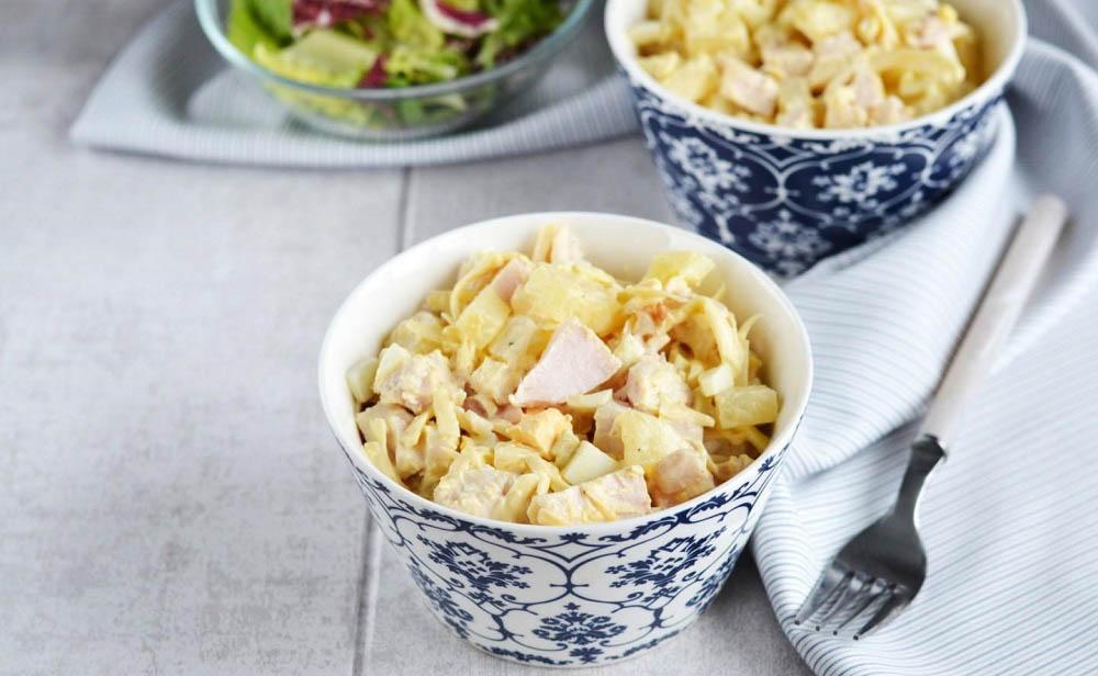 Классический салат с копчёной курицей и ананасами