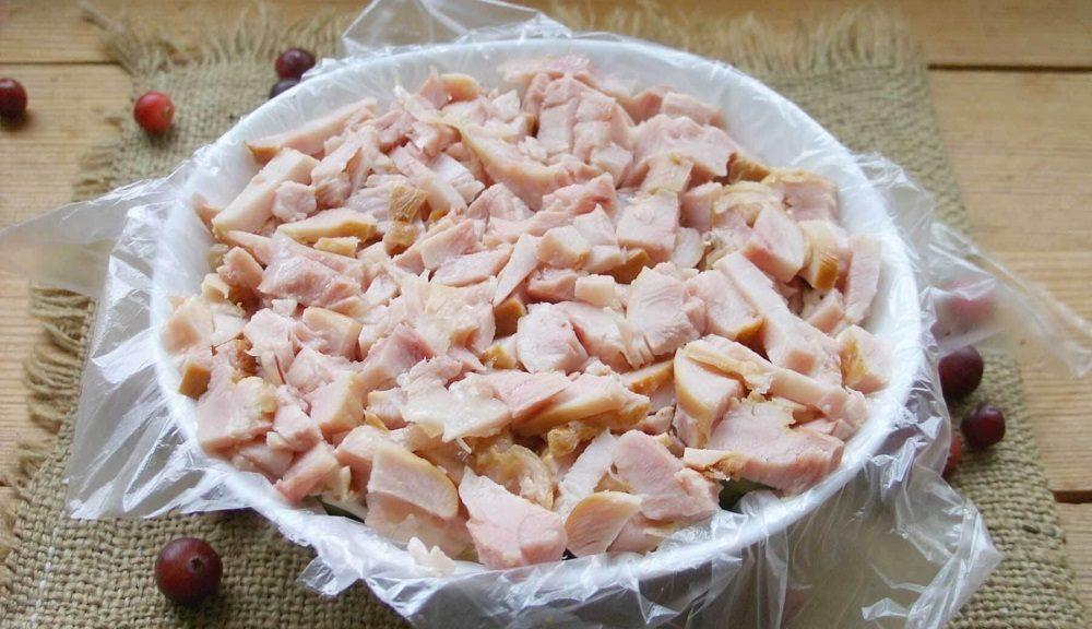 Куриный слой салата с грибами и яйцом