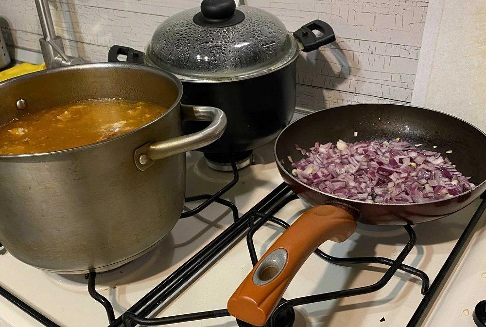 Лук для солянки с копчёными рёбрышками и колбасой