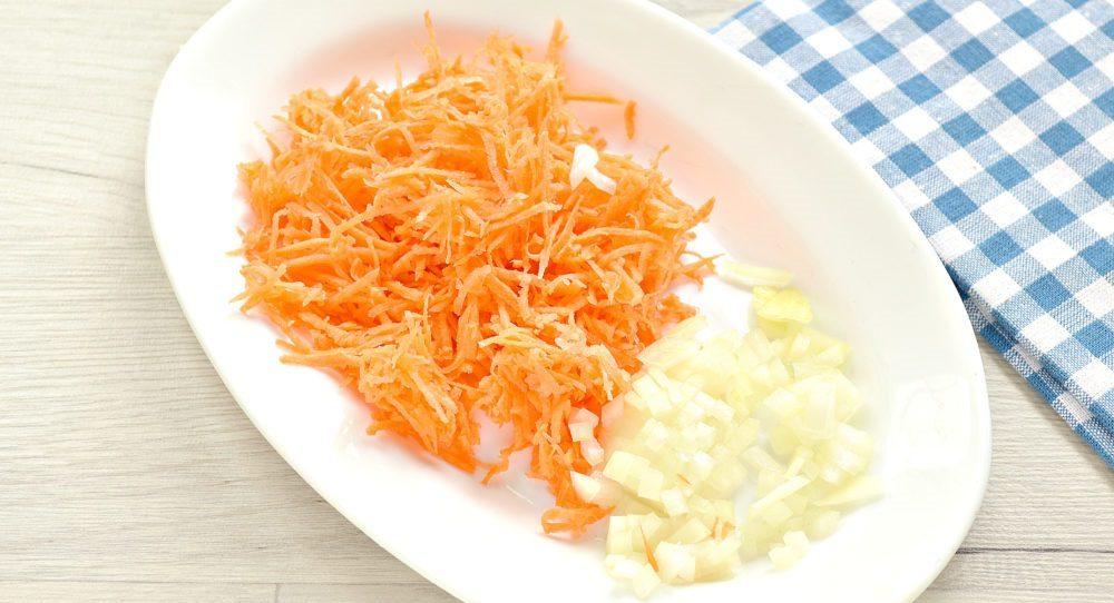 Лук и морковь для солянки с курицей