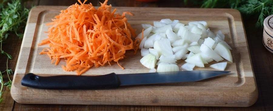 Лук и морковь для супа с крылышками в мультиварке