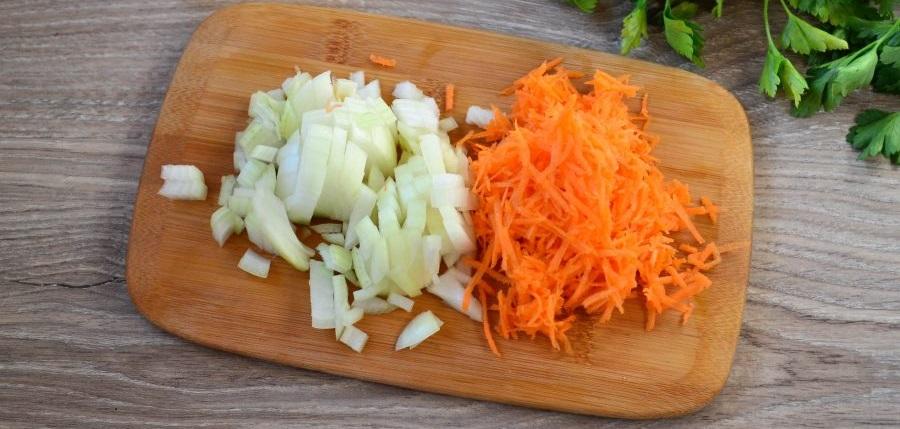 Лук и морковь для супа с окорочком и сыром
