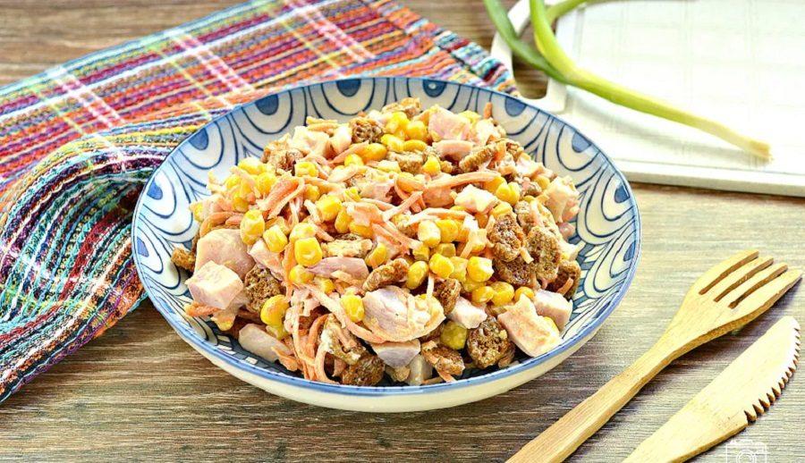 Лёгкий салат из копчёной курицы и сухариков