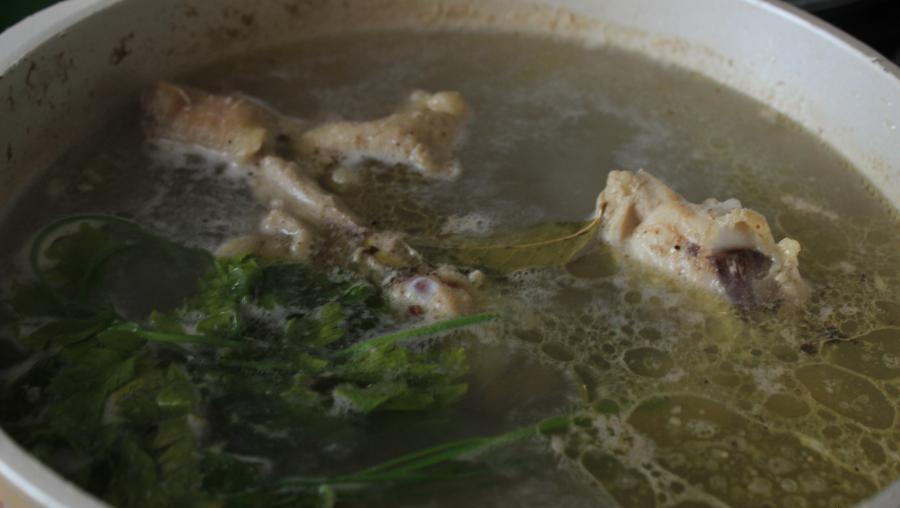 Мясной бульон для горохового супа
