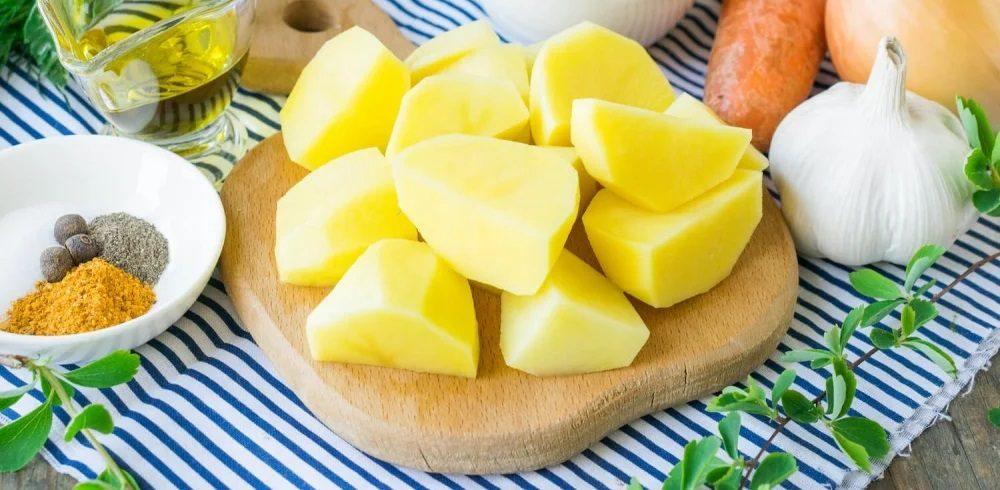 Нарезанный картофель для кастрюли