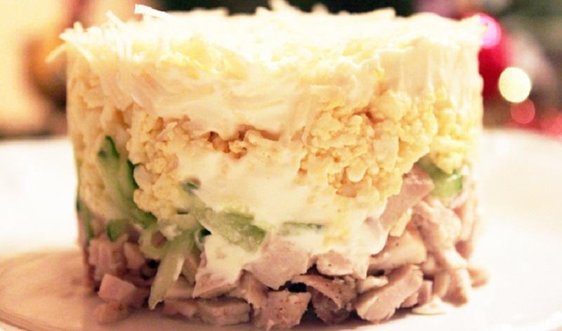 Освежающий салат с огурцами, курицей и сыром