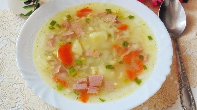 Овощной суп с колбасой