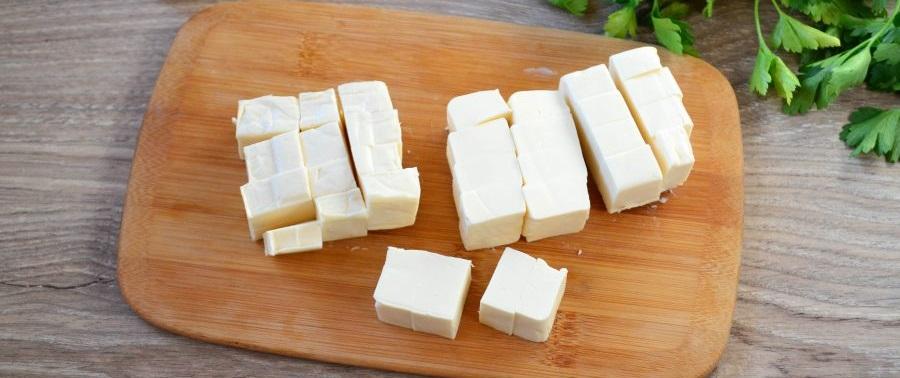 Плавленый сыр на доске