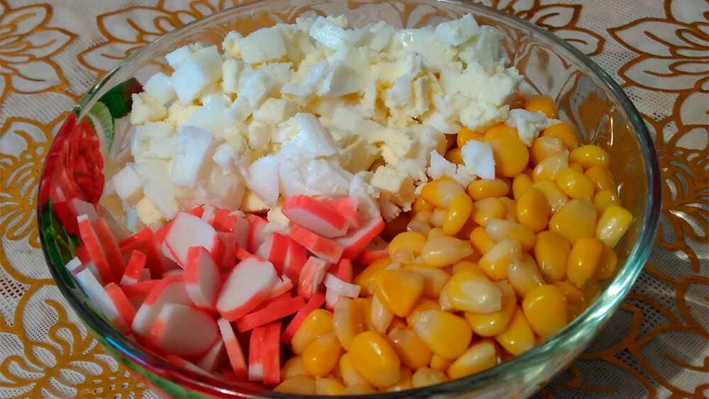 Крабовые палочки, кукуруза и яйцо