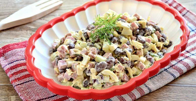 Русский салат с курицей и фасолью