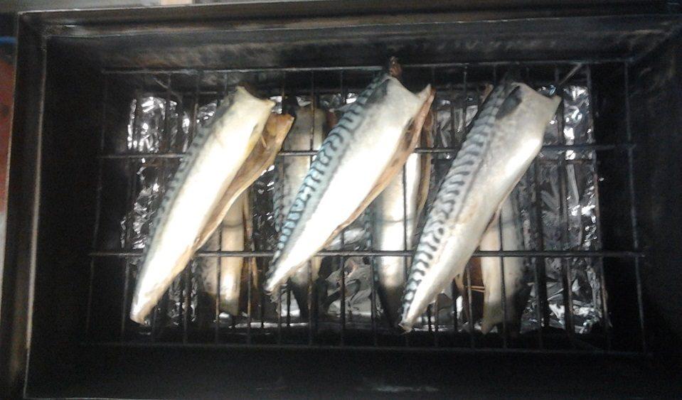 Рыба в коптильне с гидрозатвором