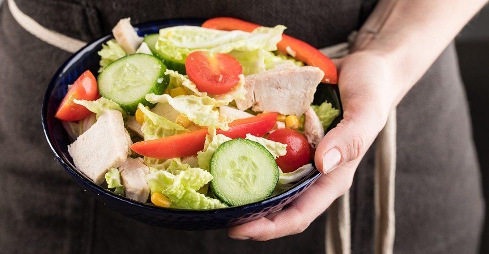 Салат из капусты, огурцов, курицы и помидоров