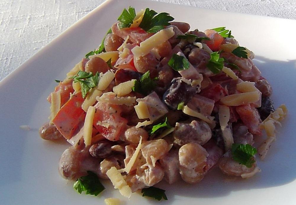 Салат из копчёной куриной колбасы и фасоли